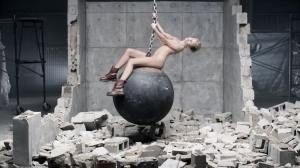 miley-cyrus-wrecking-ball-music-video-12-2